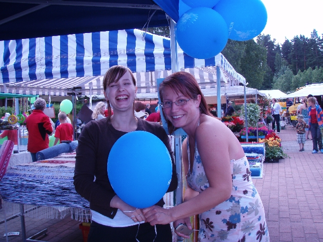 Kokoomustoiminta hauskaa! Mallia näyttävät Tiina Seppälä ja Tove Shipley.