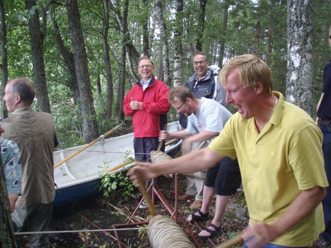 Nuotta nousee.... Takana vuoroaan odottamassa kollegani Ilkka Viljanen ja Pekka Ravi. Pekan kanssa itseasiassa sain kunnian olla venemiehenä kun nuotta lopulta loppuun vedettiin.