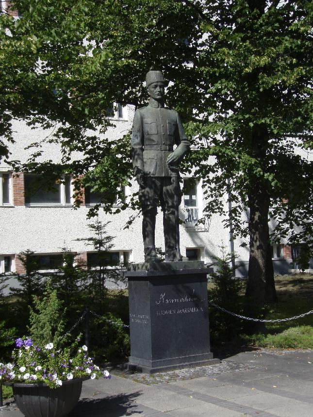 En tällaisen patsaan olemassaolosta tiennytkään. Upea Mannerheim patsas keskellä Seinäjokea.