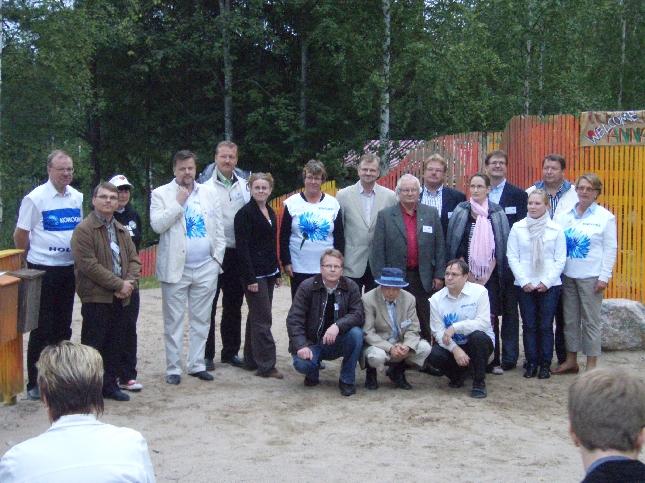 Puolet Hollolan kokoomuslaisista kunnallisvaaliehdokkaista teatterin jälkeen yhteiskuvassa. Ja ryhmä kasvaa koko ajan.