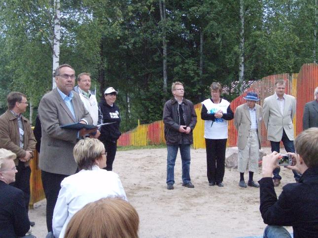 Ilkka Viljanen esitteli paikalla olleet Hollolan kokoomuslaiset kunnallisvaaliehdokkaat. Puolet joukosta oli tänään paikalla.