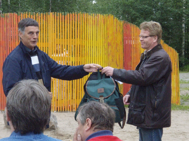 Seppälän Timo antoi ensimmäiset koulureput Hollolan kokoomuslaisten Toivotalkoo keräykseen. Reput viedään myöhemmin syksyllä Viipuriin. Eli jos kotona vanhoja reppuja niin olkaapa yhteyksissä.
