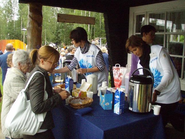 Hollolan kokoomuslaiset tarjosivat tänään puolueemme 90-vuotisjuhlan kunniaksi kesäteatterin puoliajalla pullakahvit.