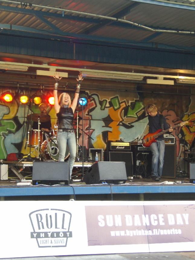 Musta Joutsen oli tavanomaisen hyvä tänään Hyvinkään kaupungin koulujen alkajaistapahtumassa Sun Dance Day:ssä.