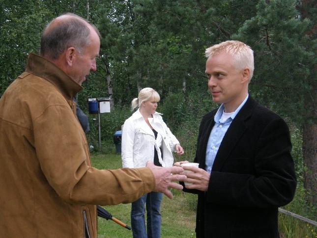 Sauli Pakkasen kanssa Hollolan kesäteatteri-illassa. Kuva: www.merjavahter.fi