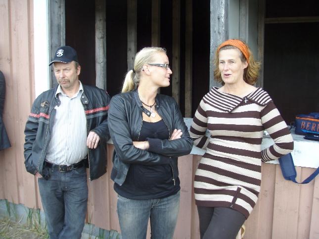Kokoomuksen hallituksen jäsenet Minna Varis, Saija Grönholm ja Kari Maunula vielä odottamassa vuoroaan.