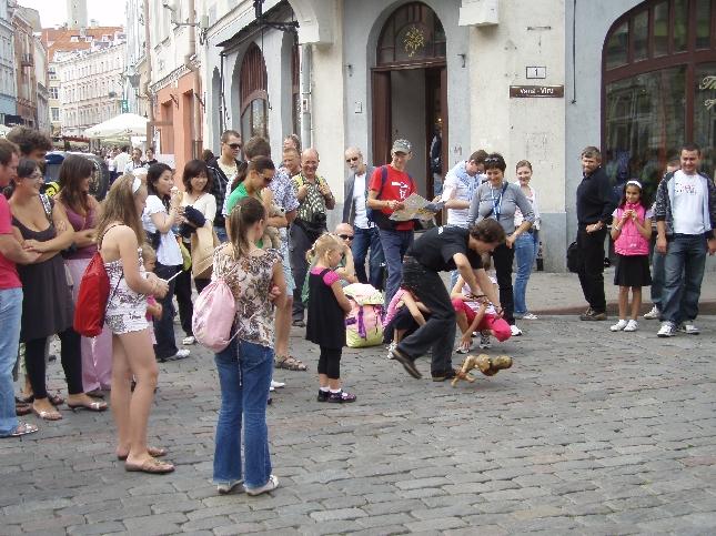 Upea kesäpäivä sai kaupungissa myös monet taiteilijat liikkeelle. Hyvää katutaidetta - teatteria - jään katsomaan liiankin helpolla. Mutta nyt onneksi siihen vain aikaa.