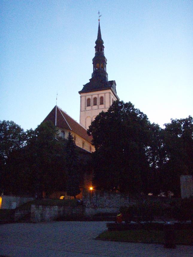 Onneksi edes illaksi sade helpotti. Aivan erilainen päivä kuin eilen. Mutta ilta kun kaunis niin mikäs oli Vanhasta kaupungista nauttiessa. Kirkon juurella aivan upea uusi Grillhaus Daube (Ruutli 11). Kannattaa todella käydä.