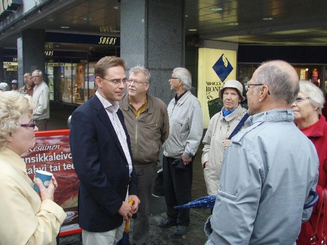 Tänään aamu alkoi siis Jyväskylän kävelykadulla Kokoomus Kuuntelee -tapahtumalla. Väkeä liikkeellä todella paljon ja ei taida muilta puolueilta onnistua saada samaan paikkaan kerralla yli 50 kansanedustajaa ja ministeriä sekä erityisavustajien ja valtiosihteerien joukkoa :)