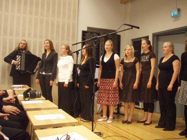 Riihimäen Lukion opiskelijat vastasivat juhlan musiikista ja Katja Lapin johdolla satavarmasti.