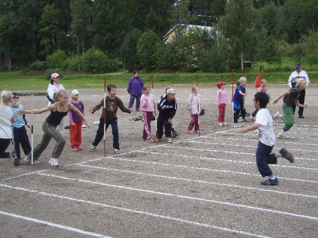 Urheilun riemua siis tänään aamulla ensin Lopen kentällä. Kissankellon ja Kirkonkylän GP-kisat kuuluvat aina koulujemme syksyyn.