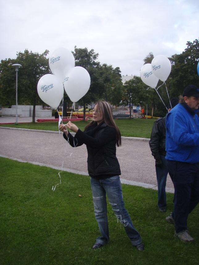 Laura Aaltonen ja pallot kohta matkaan.