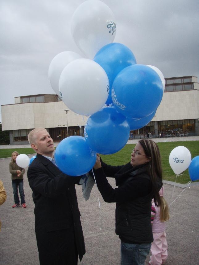 Hyvinkään Kokoomus avasi kunnallisvaalikampanjansa julkaisella vaaliteesit syksyn kuntavaaleihin. Avaustempauksessa taivaalle lähettiin valtava määrä toivosta muistuttavia ja kertovia palloja teesien kanssa. Lähetyspuuhissa Laura Aaltonen ja Markus Söderlund.