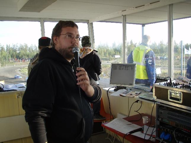 Toteuttajien Tico Anttonen hoiti selostukset tällä kaudella rallicrossissa. Itse aikanaan aloitin sarjan pääselostajana kun laji palasi ja SRC alkoi Suomessa. Hieman haikea olo ja mikinvarteen ikävä tänään, mutta se helpotti, että Tico oli erittäin hyvä ja osaava. Ilo oli kuunnella ja seurata.