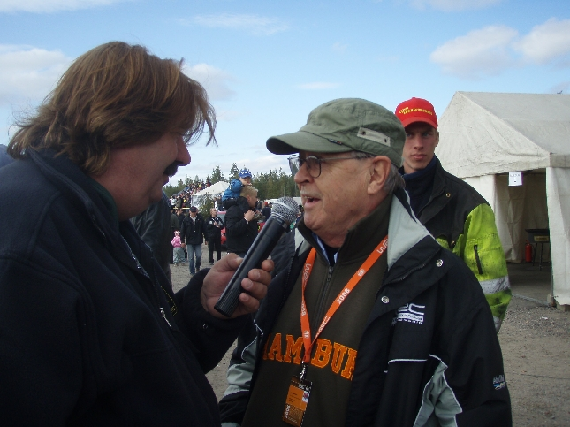 Selostajalegenda Harri Pöntinen haastattelee rallilegenda Simo Lampista.