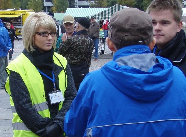 Marianne Kuukkanen kuuntelemassa ja keskustelamassa kahvin lomassa.