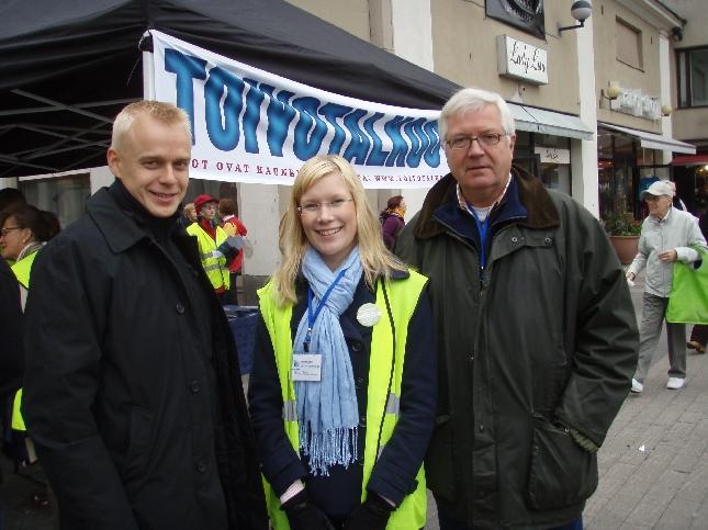 Elina Höltän ja Olli Nepposen kanssa Mikkelin torilla. Mikkelin kokoomus avasi tänään vaalikampanjansa ja väkeä oli hienosti liikkeellä.