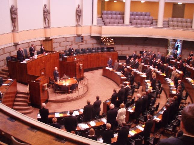 Eduskunta hiljentyi tänään puhemies Sauli Niinistön johdolla kunnioittamaan Kauhajoen uhrien muistoa