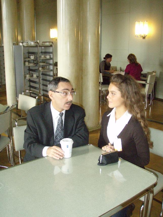 Derya Özgün Benin kanssa istunnon jälkeen kahvilla. Juttua näytti riittävän.