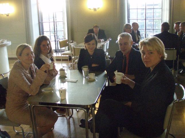 Aamukahvilla Deryan kanssa. Mukavaa seuraa saimmekin. Henna Virkkunen, Sanna Perkiö ja Sanna Lauslahti ja kohta valiokuntiin jo kiire.