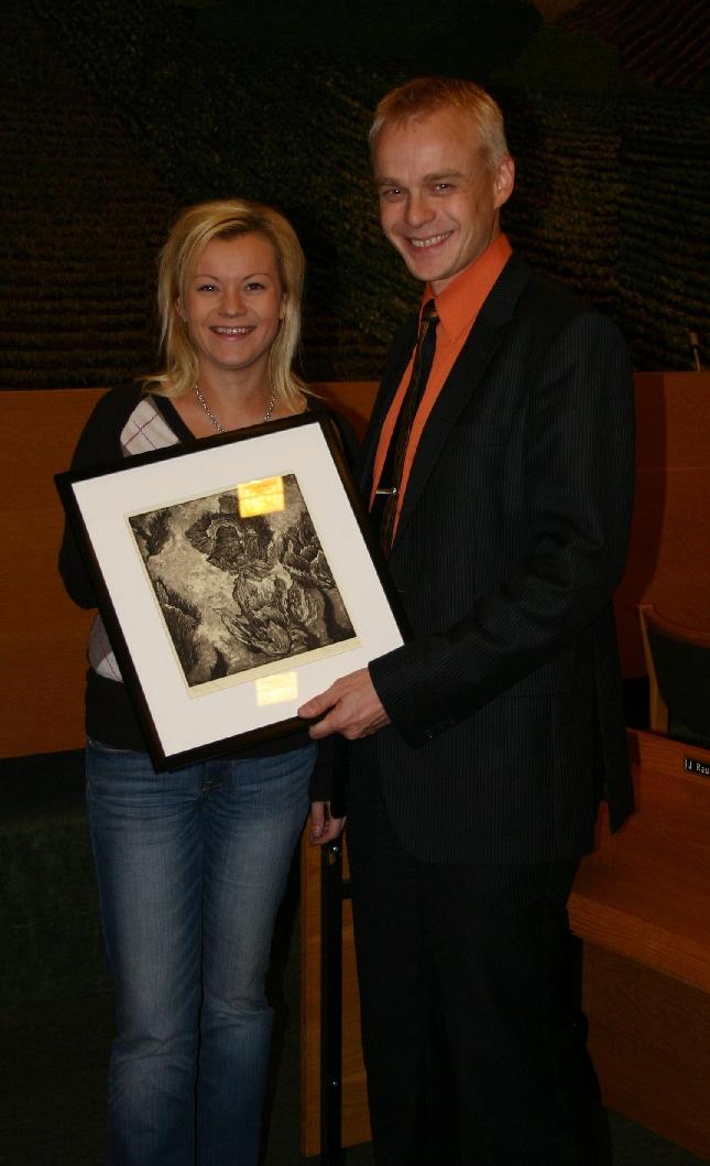 Kotisivujeni 200 000. kävijä Minna Oksanen sai tänään rajan rikkomisesta palkinnoksi Mirva Valvannon grafiikkaa. Onnea!