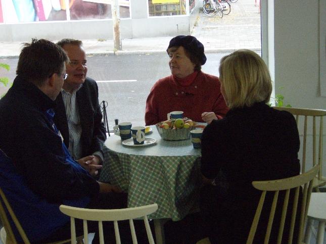 Kahvittelijoita riitti koko lauantaipäivän. Ja toivotaan, että sama mukava keskusteleva ja kuunteleva tunnelma jatkuu aina vaaleihin asti.