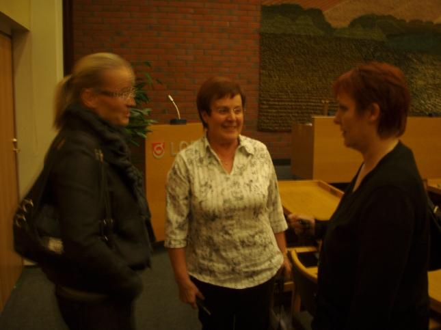 Saija Grönholm, Riitta Nylund ja Hanna Mikkola valtuuston jälkitunnelmissa.
