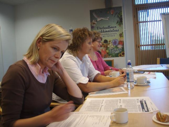 Sari Rautio, Sanna-Maria Laine ja Marjo Kotioja-Partanen piirihallituksemme kokouksessa.
