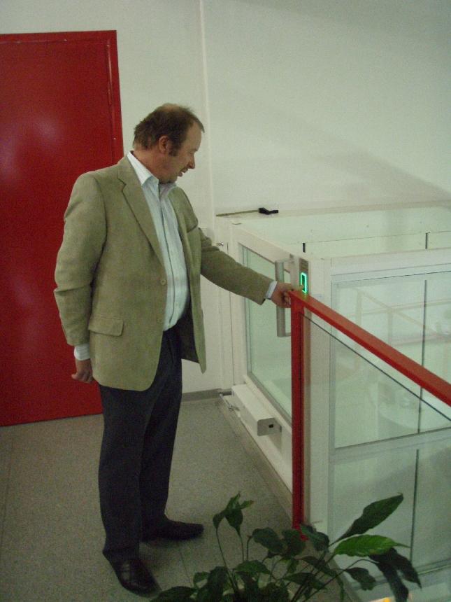 Kunnanhallituksemme jäsen Kari Maunula tutustumassa Hissipörssin hissivaihtoehtoon.