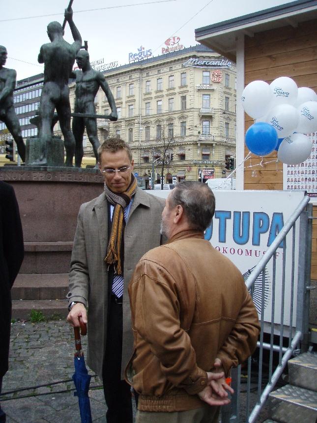 Myös ulkoministerimme Alexander Stubb ehti kampanjatalkoisiin. Aika upea tunnelma kun väkeä liikkeellä hyvin ja samaan aikaan mukana kymmeniä kansanedustajia ja ministereitä Alexin, Jyrkin ja Jannen johdolla.