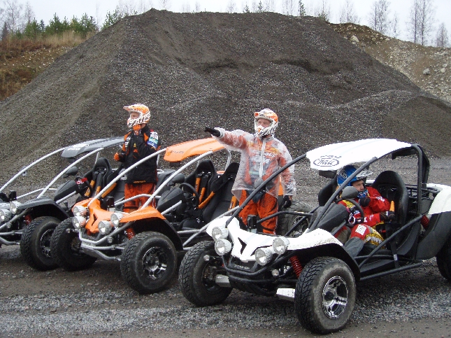 Enduron MM-sarjan kuljettajat Jari Mattila, Samuli Aro ja Marko Tarkkala ajoivat tänään hieman erilaisilla peleillä Heikki Mikkolan ja Antti Mikkolan johdolla.