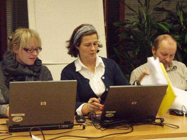 Kokoomuksen hallitusryhmän jäsenet Saija Grönholm, Minna Varis ja Kari Maunula Lopen kunnan vuoden 2008 talousarvion kimpussa.