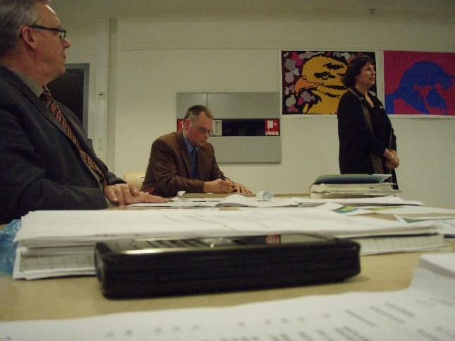 Kuntajohtajaehdokkaamme - kaksi kalkkiviivoille siis päässyttä - valtuuston tentattavana. Vasemmalla nykyinen 17 vuotta kuntaamme johtanut Voitto Saraneva kuuntelemassa valtuustotentin etenemisestä.