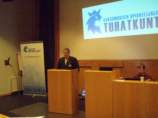 Kokoomusnuorten tervehdyksen kokoukseen toi Tuomas Fantti Tiihonen.