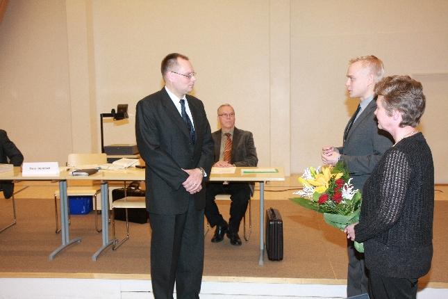 Onnittelupuhe juuri valitulle uudelle kunnanjohtajalle Ilkka Salmiselle. Takana pitkäaikainen johtajamme Voitto Saraneva. Kuva: Kare Asp.
