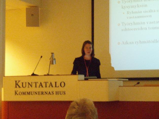 Kokoomuksen Naistenliiton toiminnajohtaja Elina Laavi tämän päiväisessä Kuntatalon seminaarissa.