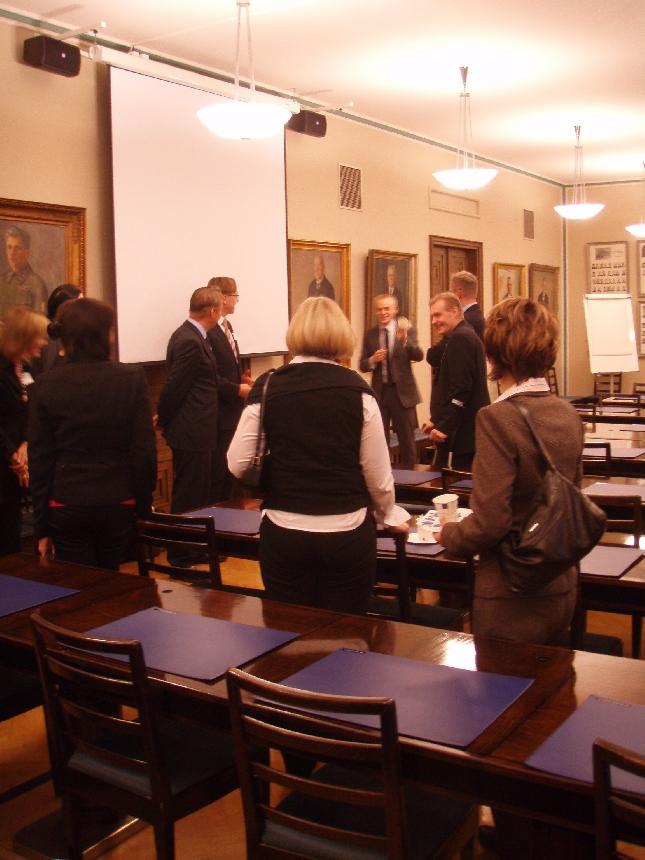 Vanajanlinnan johtoryhmä ja päälliköt kokoomuksen eduskuntaryhmän huoneessa.