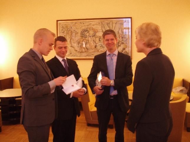 Takarivin Taavit koossa. Oikealta tuleva ministerimme Henna, Sampsa, Petteri ja minä eduskunnan Keltaisessa huoneessa. Hieno hetki takapenkille.