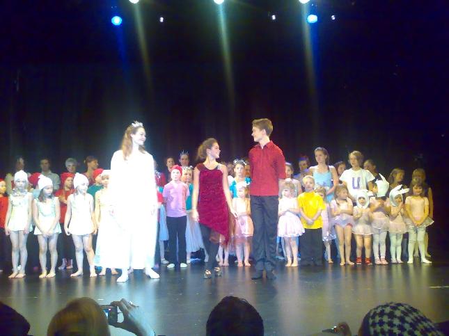 Tänään kävimme tavan mukaan Sadun kanssa katsomassa Riihimäen Tanssikoulu First Stepin joulunäytöksen. Huikean korkeatasoinen show ja ihastuttavia pikkutaapertajia Kino Sampon lavalla.