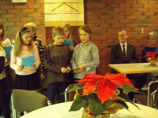 Kirkonkylän koulun oppilaat toivat ansiomerkkien jakotilaisuuteen laulutervehdyksen.