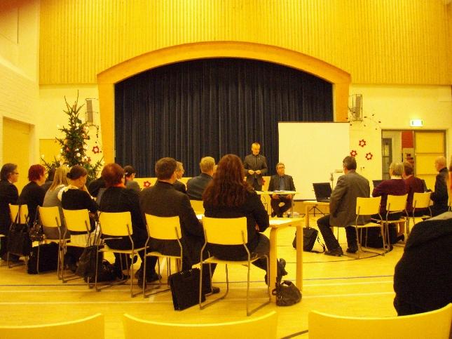 Viimeistä valtuustoa tällä vaalikaudella avaamassa. Paikka tuon valtuustosalirempan takia tällä kertaa upea 2000-luvulla rakennettu Launosten koulun liikuntasali.