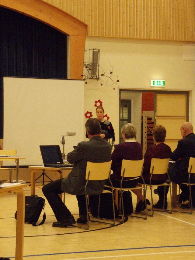Launosten koulun rehtori - itseasiassa minun entinen kollegani - Susanna Eljaaja-Ojala esittelemässä valtuustolle kouluaan.