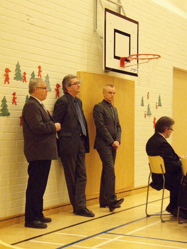 Kunnanjohtajamme Voitto Saranevan ja talousjohtaja Pekka Leppäsen kanssa kuuntelemassa valtuuston kokouksessa infoa Launosten koulun nykytilanteesta.