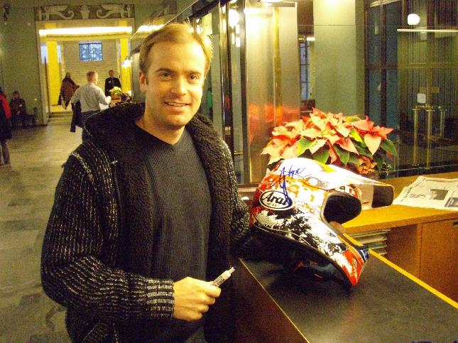 Enduron kaikkien aikojen menestynein kuljettaja Juha Salminen kävi tänään eduskunnassa ja toi tuliaisiksi vuoden 2008 Mm-sarjan kypäränsä. Kovia oli tämäkin kypärä kokenut.