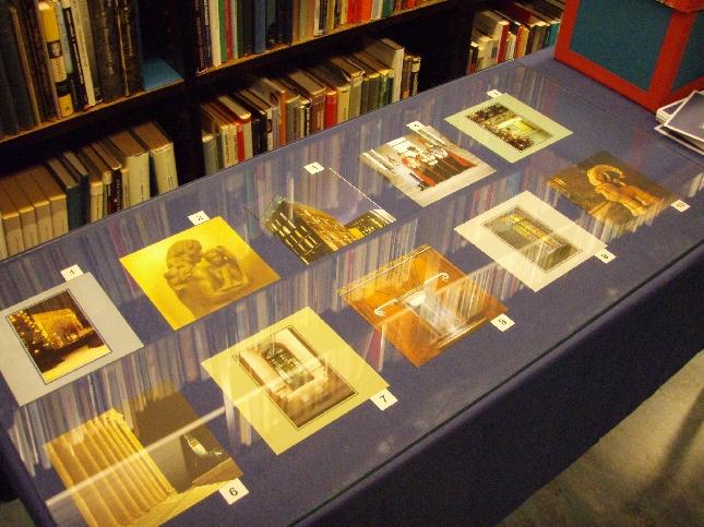 Kirjaston kokoelmista oli kerätty pieni näyttely eduskunnan joulukorteista. Ei äänestetty kauneinta vaan piti muistaa vuosia.
