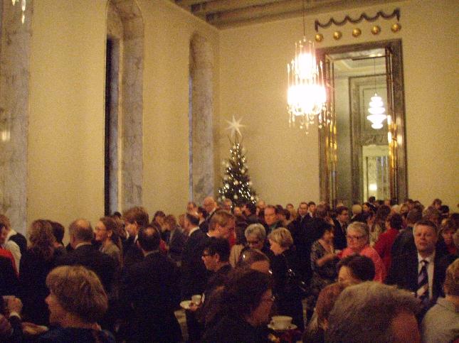 Puhemies Sauli Niinistön perinteisillä Joulukahvilla oli väkeä tungokseen asti. Kaikki halusivat Sibeliuskuoron myötä päästä jo pikkuhiljaa joulutunnelmiin. Tosin tänään vielä kymmeniä ja kymmeniä äänestyksiä joiden tulos jo tosin tiedossa.