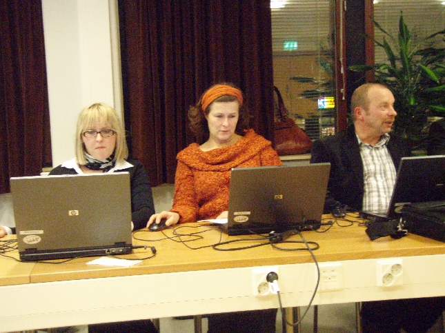 Tässä nyt kaksi vuotta töitä tehnyt hallitusryhmämme viimeisessä kokouksessaan. Grönholmin Saijan, Variksen Minnan ja Maunulan Karin kanssa on ollut hieno tehdä töitä ja tuollaisen osaajajoukon kanssa olisin mielelläni jatkanut vaikka tästä eteenkin päin. Mutta vaalikaudet muuttuvat ja porukkakin aina hieman sen mukana. Kari siirtyy nyt sivistyslautakunnan puheenjohtajaksi ja Saija jatkaa hallituksessa yhdessä Pyhälammin Eevan ja Tarkkalan Pasin kanssa. Variksen Minna ei nyt ainakaan toistaiseksi näissä puuhissa jatka, mutta toivottavasti vielä joskus.