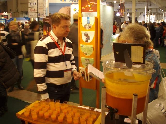 Loppilainen Ankkurin marjatilan tyrnimansikkamehu oli aikamoinen suosikki Matkamessuilla. Eikä syyttä.