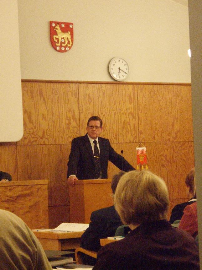 Riihimäen kaupunginvaltuuston puheenjohtajaksi valittiin tänään Jorma Höök. Jormaan itse sain tutustua paremmin viime vaalikaudella ja ennen muuta eduskuntavaalikampanjoittemme aikaan. Erittäin hyvä keskusteluja ja yhteistyöntekijä. Minä arvostan kovasti. Uskon myös että Riihimäki sain yhden parhaista kaupunginhallituksen puheenjohtajista kun Heimosen Kaitsu ottaa paikan johdettavakseen. Erinomainen valinta. Kovan luokan juttu.