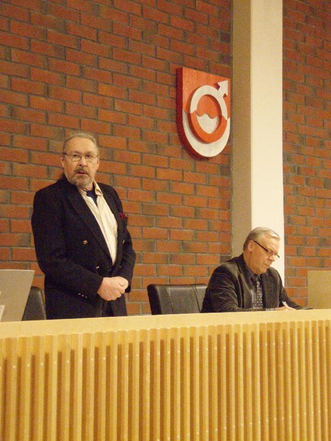 Valtuustomme ikäpuheenjohtaja Elis Väänänen avasi valtuuston ensimmäisen kokouksen. Vieressä kunnanjohtajamme Voitto Saraneva.